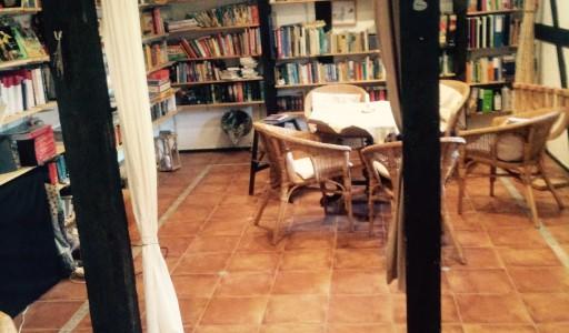 Seminarraum mit Bibliothek